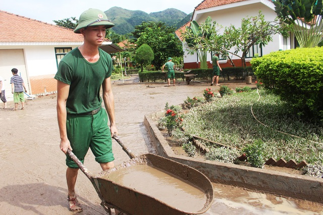 Hàng tấn bùn non đọng lại sau lũ được các học viên nạo vét từ lúc 7h đến 11h cùng này rồi dùng xe rùa chuyển chở đến nơi khác