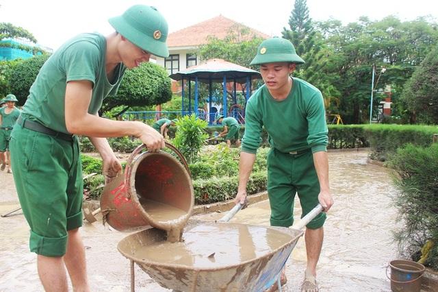 Theo ông Lê Hùng Nghệ, Giám đốc Làng trẻ em Nha Trang (SOS), từ rạng sáng 13/12 đến rạng sáng 14/12, nhà trường bị ngập 1,2-1,5m