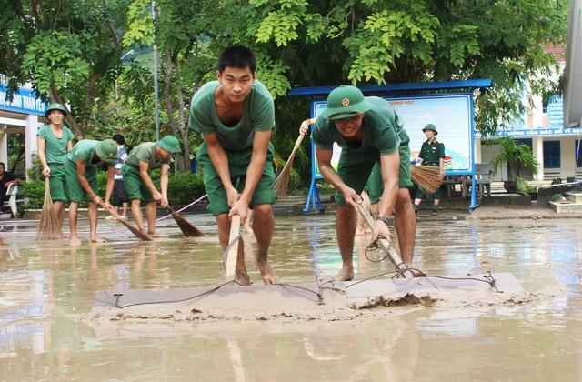 50 học viên thuộc Tiểu đoàn 28 - Trường Sĩ quan Thông tin Nha Trang cũng có mặt tại đây để giúp nhà trường dọn bùn sau lũ