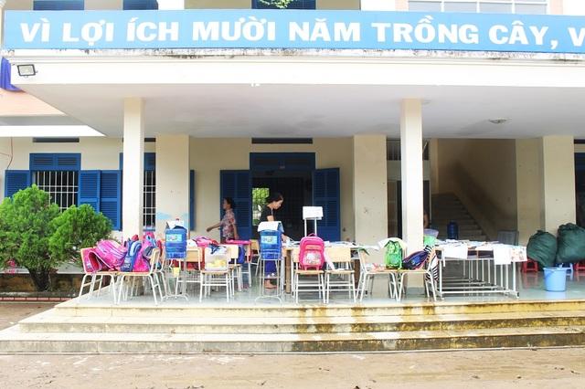 Những ngày qua, nhiều trường học khu vực phía Bắc Nha Trang như phường Vĩnh Hải, Vĩnh Hòa... phải đóng cửa vì lũ lớn. Việc học sinh ở Nha Trang phải nghỉ học vì lũ lụt là điều khá hiếm hoi ở phố biển