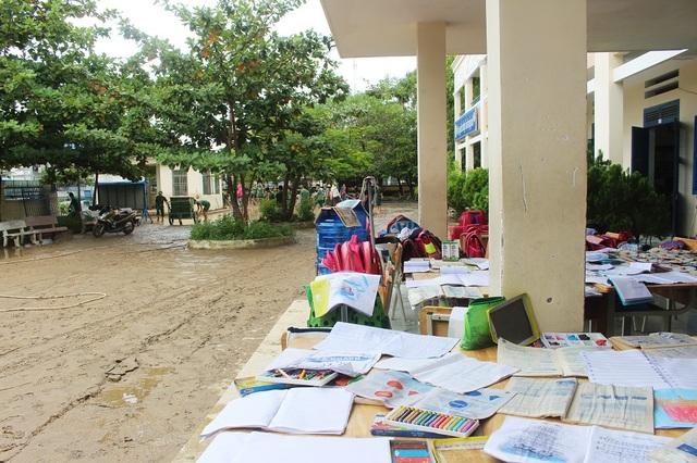 Sân trường ngập sâu trong bùn đất. Đây là trận lũ lớn nhất mà tôi chứng kiến khi về trường công tác. Hiện nhà trường rất ngổn ngang, một giáo viên nói.
