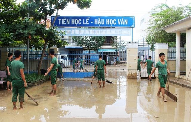 Trong khi đó, tại trường Tiểu học Vĩnh Hòa 1 (phường Vĩnh Hòa, TP Nha Trang) cũng ngập trong bùn đất sau lũ sáng 14/12