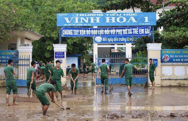Tuy nhiên, sự có mặt bất ngờ của các học viên Trường Sĩ quan Thông tin Nha Trang đã khiến nhiều giáo viên rất xúc động. Các chú bộ đội giúp rất nhiệt tình. Họ cào bùn ra ngoài giúp chúng tôi, một giáo viên xúc động chia sẻ.