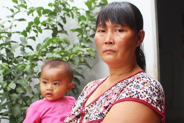 Ai cũng mừng khi cả 4 mẹ con chị Trần Thị Bé Thảo đã thoát dòng lũ dữ.