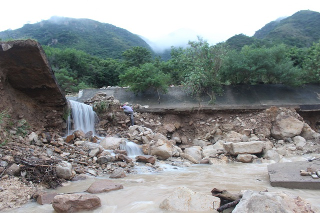 Hiện trường kênh thoát lũ khu dân cư Đường Đệ (phường Vĩnh Hòa, TP Nha Trang) bị vỡ gây nên trận lũ quét kinh hoàng cho khu dân cư bên dưới