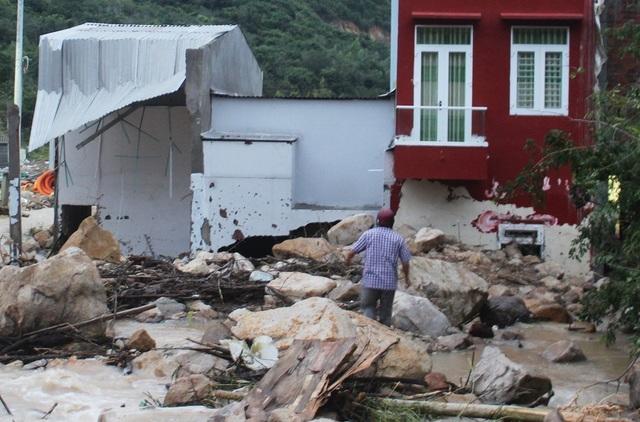 Nhà dân bị rách bươm, nứt tường do đất đá tràn xuống, đổ ào vào nhà