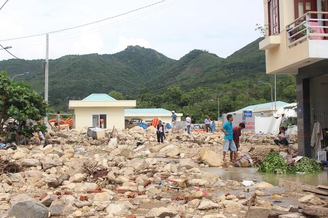 Cảnh tượng đổ nát, tan hoang sau khi kênh bị vỡ, gây nên trận lũ quét