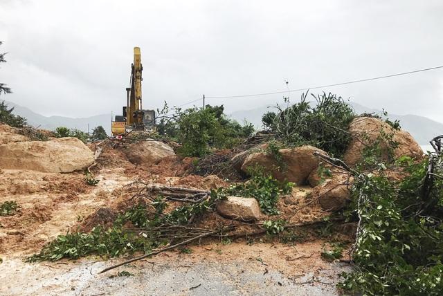 Những đoạn sạt lở nặng khiến tuyến đèo độc đạo nối Khánh Hòa - Phú Yên bị tê liệt từ 0h ngày 16/12 đến 8h30