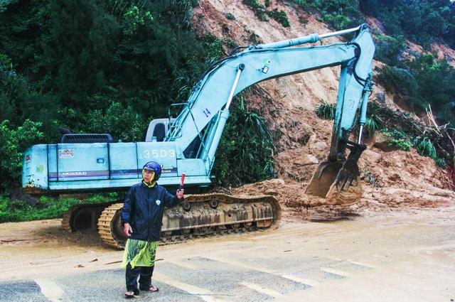 Quốc lộ 1 đoạn nối Khánh Hòa - Phú Yên bị sạt lở kinh hoàng trên đèo Cổ Mã - Đèo Cả, sáng 16/12 khiến hàng trăm phương tiện chôn chân