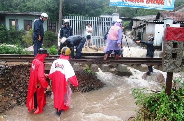 Công nhân nỗ lực khắc phục đường sắt đoạn qua TP Nha Trang, Khánh Hòa
