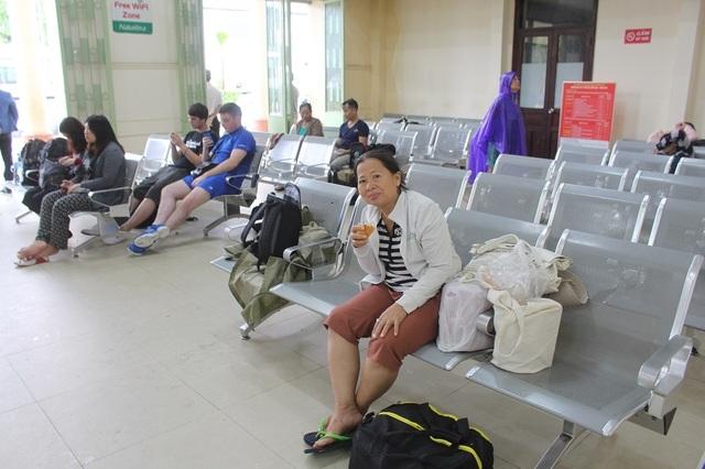 Người phụ nữ này cho biết, bà đợi tàu ở phía Bắc vào ga Nha Trang để đi TP HCM nhưng tàu mắc kẹt ở Phú Yên không vào nên phải đổi vé, chờ đợi