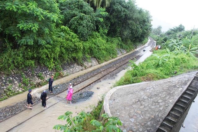 Đường sắt tê liệt, quốc lộ 1 tan hoang trên Đèo Cả - Cổ Mã - 5