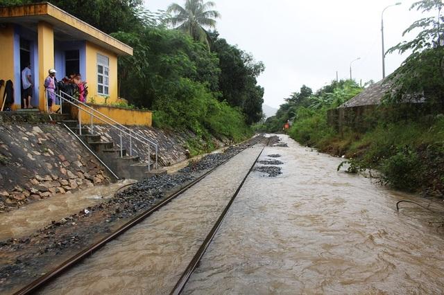 Đường sắt ở Km 1306+150 (xã Vĩnh Lương, TP Nha Trang) ngập trong mưa lũ, trưa 16/12