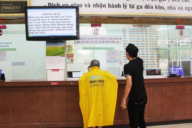 Trước đó vào trưa 16/12, ga Nha Trang thông báo cho du khách theo dõi kế hoạch của nhà ga vì các đoàn tàu bị mắc kẹt do mưa lũ ở Nam Trung Bộ