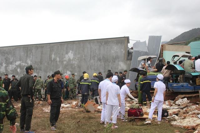 Lực lượng y tế đang có mặt ở bên dưới sẵn sàng cấp cứu nạn nhân
