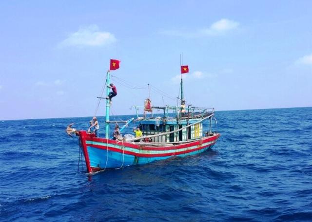 Con tàu gặp nạn khi đang đánh bắt hải sản trên biển
