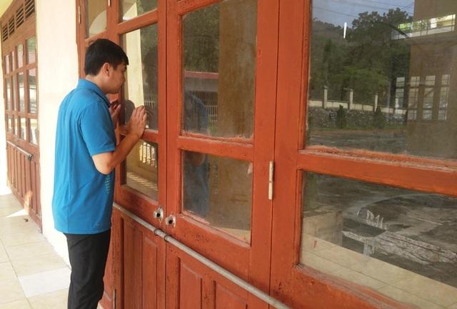 Phòng chứa máy móc phục vụ dạy nghề cửa đóng then cài