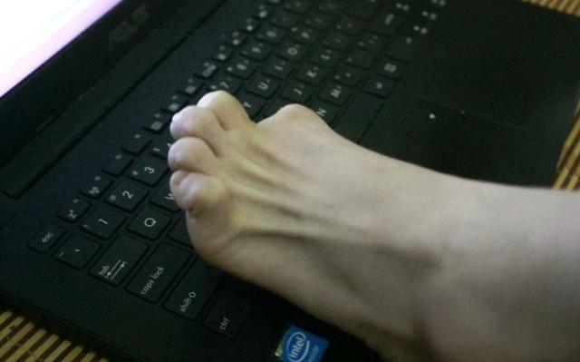 Thủy Tiên viết ước mơ bằng những ngón chân
