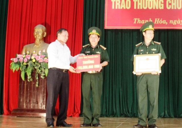 Ông Nguyễn Đức Quyền - Phó chủ tịch thường trực UBND tỉnh Thanh Hóa trao phần thưởng trị giá 100 triệu đồng cho ban chuyên án