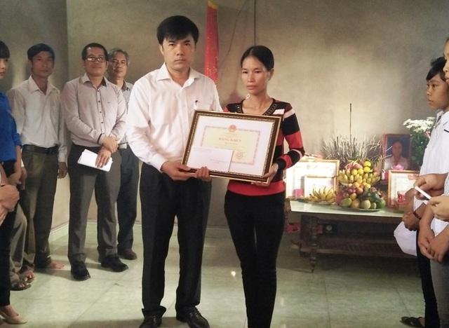 Truy tặng Bằng khen cho em Trần Thị Thu Hà đã dũng cảm hy sinh cứu bạn thoát đuối nước