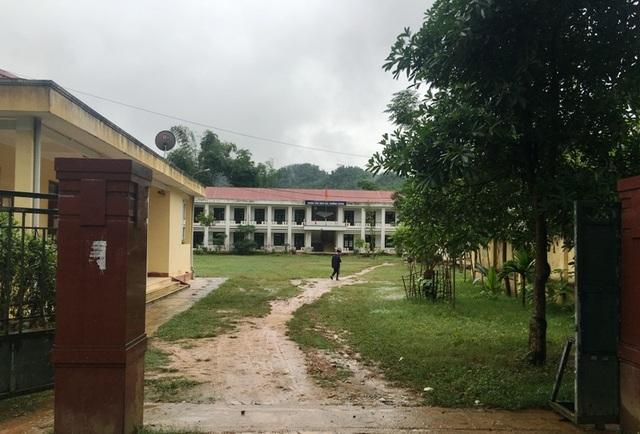 Sân trường còn nhếch nhác