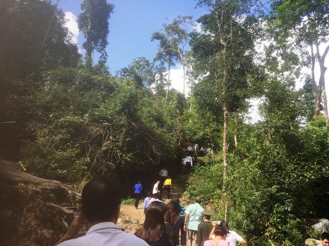 Du khách đến với thác Ma Hao