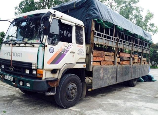 Chiếc xe tải chở gỗ bị lực lượng CSGT phát hiện, bắt giữ