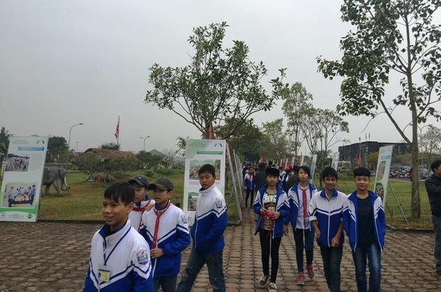Học sinh và du khách đến Thành Nhà Hồ trong ngày kỷ niệm 5 năm được công nhận