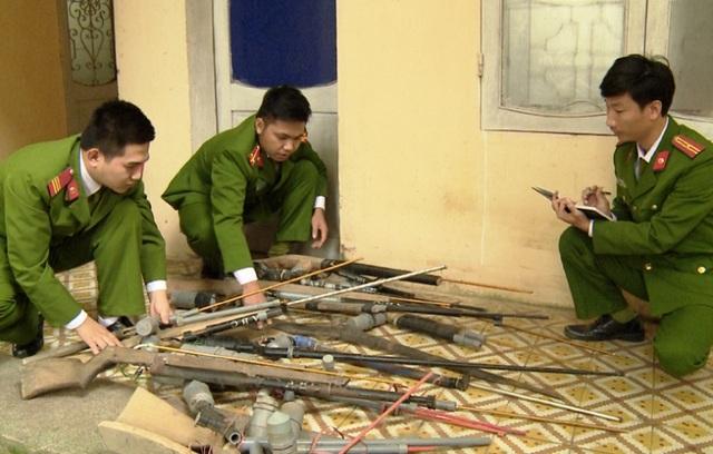 Công an huyện Thường Xuân kiểm kê súng, vật liệu nổ và công cụ hỗ trợ do người dân giao nộp