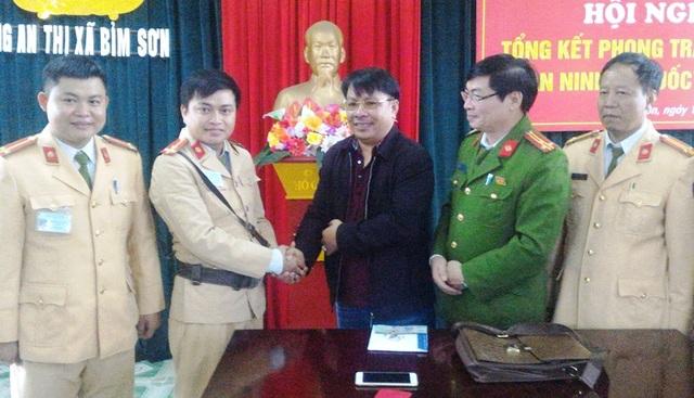 Công an thị xã Bỉm Sơn tiến hành trao lại tài sản cho người đánh rơi