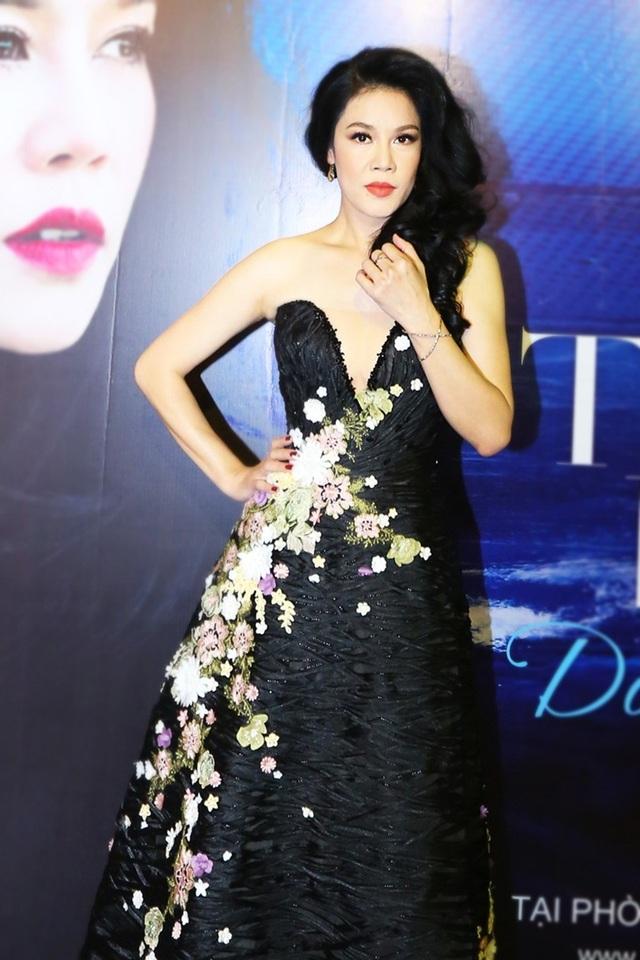 Không chỉ da diết, thổn thức trong giọng hát, Thu Phương còn là nữ ca sĩ được biết đến với gout thời trang tinh tế.