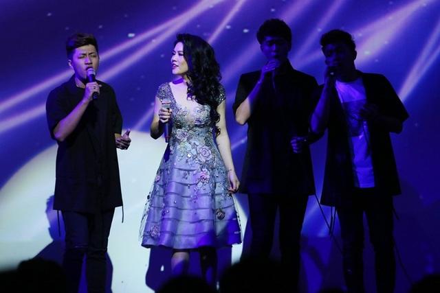 Phần thứ hai xuất hiện cùng 3 chàng hot boy nhóm The Wings của XFactor 2016, Thu Phương lựa chọn chiếc váy hoa màu xám khói trẻ trung để hát cùng nhóm hai ca khúc Mười hai mùa hoa và Mưa hồng.