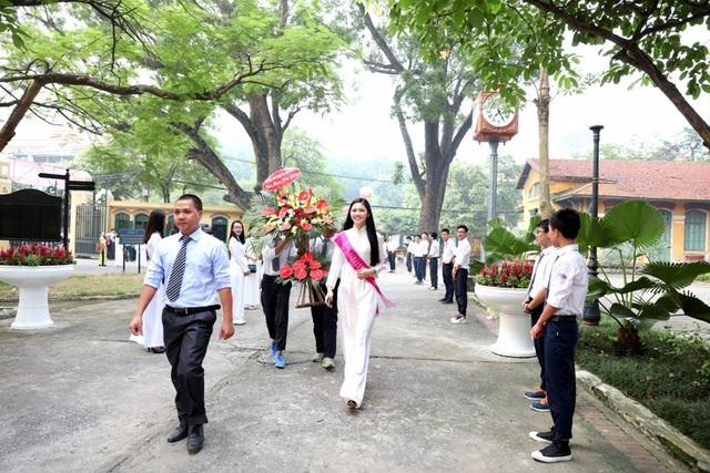 Á hậu Ngô Thanh Thanh Tú về thăm ngôi trường THPT Chu Văn An.