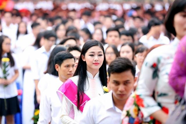 """Lần trở về này, được gặp lại thầy cô và giao lưu với các bạn học sinh, được bước theo đoàn dâng hoa tượng đài cụ Chu Văn An, em cảm thấy rất mãn nguyện và vô cùng hạnh phúc""""."""