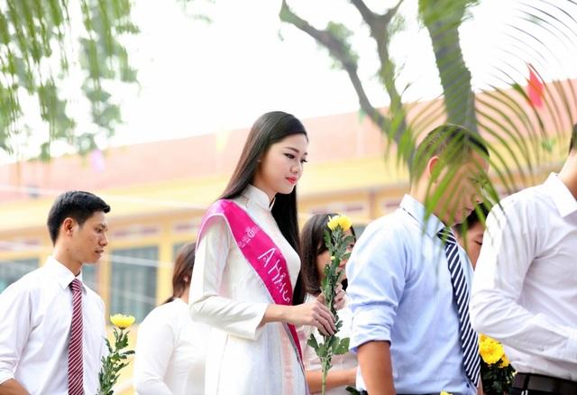 Á hậu Thanh Tú rạng ngời về thăm trường ngày khai giảng - 4