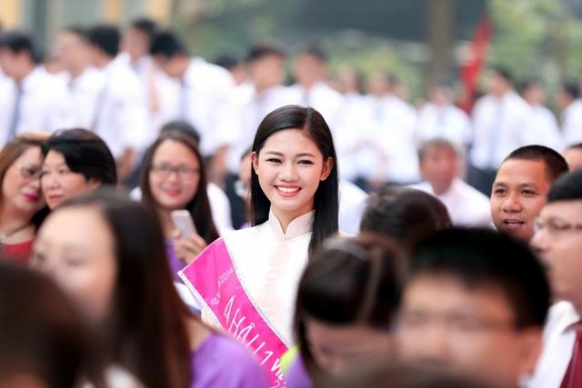 """Cô nhanh chóng hòa vào không khí sôi nổi của buổi khai giảng trường Chu Vân An và cùng tham gia các hoạt động truyền thống với các bạn học sinh như hát chung ca khúc """"Chu Văn An trong tôi""""."""