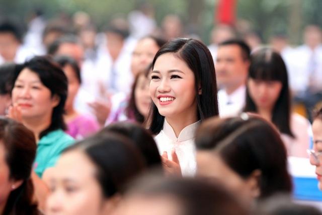 """Có mặt tại trường cũ Chu Văn An, ngôi trường đã gắn bó với mình suốt thời THPT, Á hậu 1 Ngô Thanh Thanh Tú không khỏi bồi hồi xúc động: """"Cảm giác của em cứ như 7 năm trước, là một cô học sinh 16 tuổi bước vào ngưỡng cửa mới của thời học sinh."""
