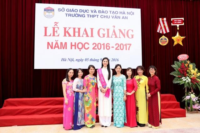 Khoảnh khắc tri ân các cô giáo Trường THPT Chu Văn An.