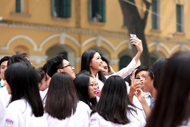 Á hậu Thanh Tú rạng ngời về thăm trường ngày khai giảng - 14