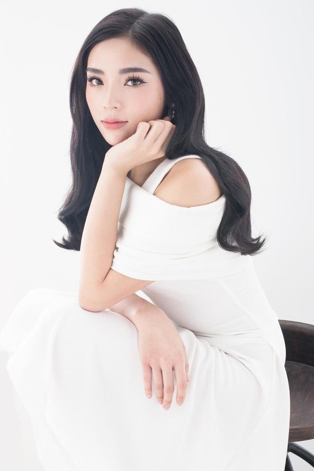 Sau một thời gian ở ẩn để tránh trở thành tâm điểm của những ồn ào, Hoa hậu Việt Nam 2014 tái xuất bằng bộ ảnh khoe trọn vẹn nét thanh xuân tươi tắn của mình.