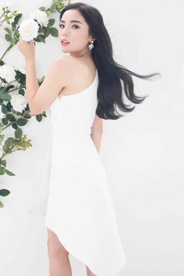 Người đẹp diện những thiết kế đơn sắc tinh tế, phù hợp với vóc dáng mảnh dẻ của mình.