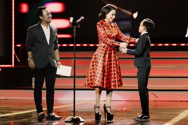 Hồ Văn Cường xuất hiện trên sân khấu rất bảnh bao với bộ vest đen thắt nơ và nhận chiếc cup từ tay mẹ nuôi Phi Nhung.