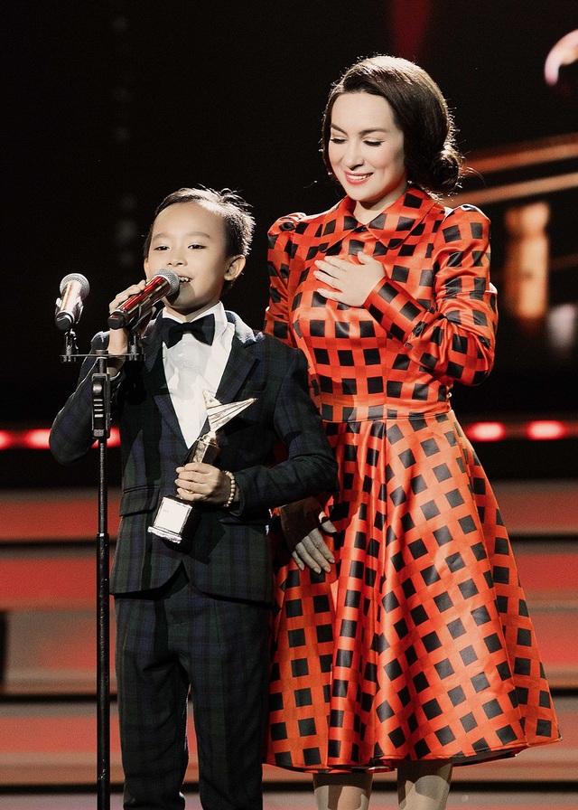 """Phát biểu cảm tưởng trong tiếng hô to """"Hồ Văn Cường"""" của khán giả hâm mộ, cậu bé dù đã quen với ánh đèn sân khấu nhưng vẫn không giấu được sự ngập ngừng đáng yêu của em bé ngây thơ, khiến MC Trấn Thành phải nhanh chóng đỡ lời."""