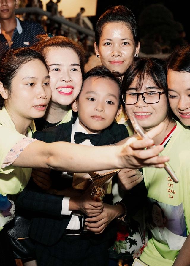 Trước đó, vào tối 17/7, Hồ Văn Cường đã xuất sắc đăng quang ngôi vị quán quân Vietnam Idol Kids 2016 trong vòng tay ấm áp của các thí sinh khác và những tràng pháo tay cổ vũ giòn giã của khán giả.