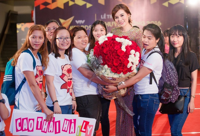 Sau đêm trao giải, fanclub bất ngờ dành tặng bó hoa 1.000 bông hồng cho Cao Thái Hà.