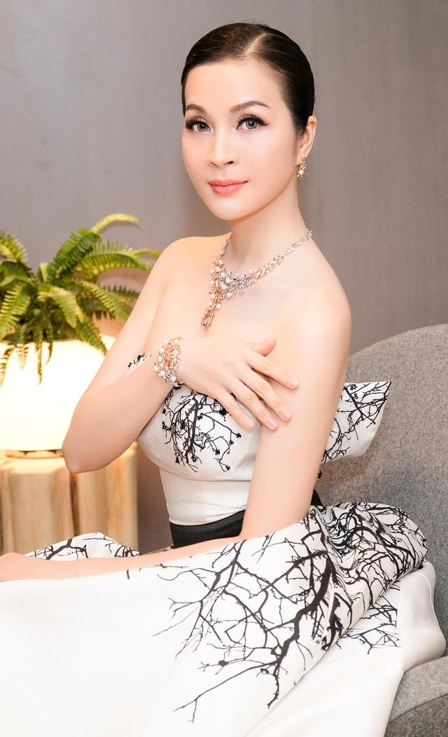 Chiếc váy của Thanh Mai được may bằng chất liệu lụa với những hoa văn đen đính kết cườm nổi rất tinh tế.