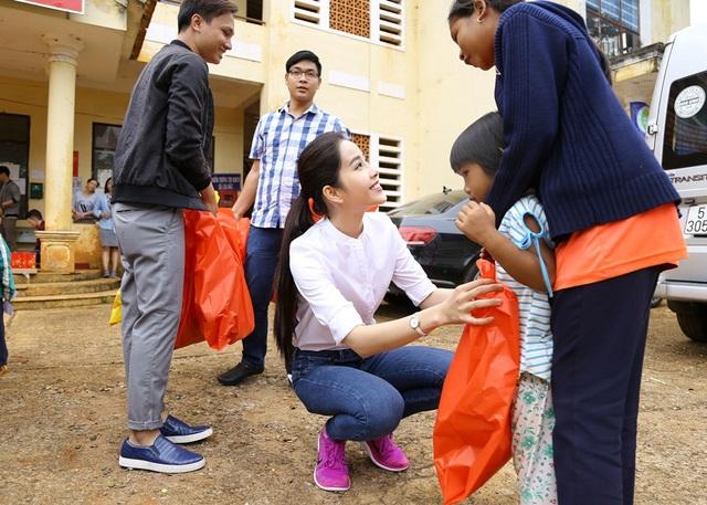 Hoa khôi Nam Em vượt 300km mang trung thu đến với trẻ em K'Ho - 3