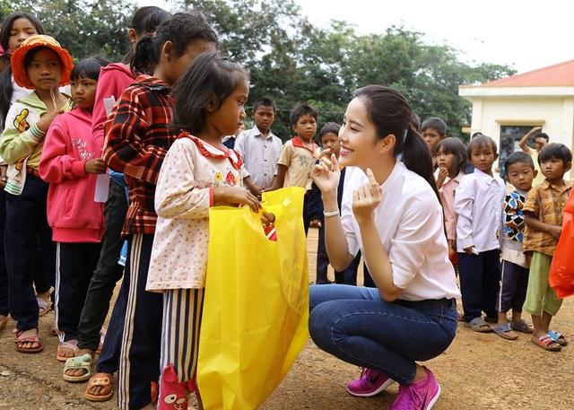 Hoa khôi Nam Em vượt 300km mang trung thu đến với trẻ em K'Ho - 7