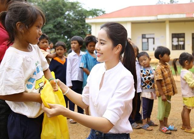 Hoa khôi Nam Em vượt 300km mang trung thu đến với trẻ em K'Ho - 4