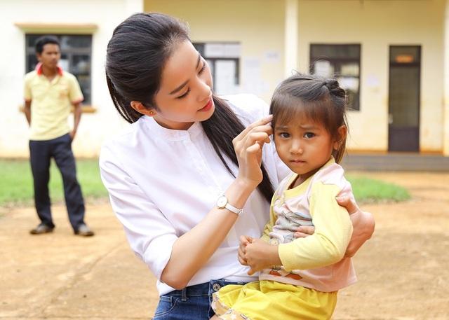Hoa khôi Nam Em vượt 300km mang trung thu đến với trẻ em K'Ho - 6